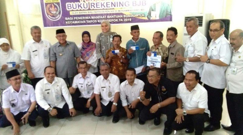 Penerima RTLH Kecamatan Tapos Depok Terima Buku Rekening Bank Jabar Banten
